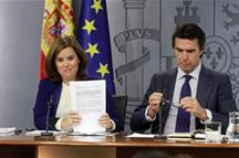 Soraya Sáenz de Santamaría y José Manuel Soria, en la rueda de prensa tras el Consejo de Ministros (Foto: Pool Moncloa)